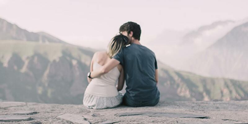 恋人を抱きしめる