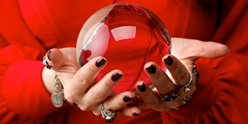 水晶玉で占う電話占い師